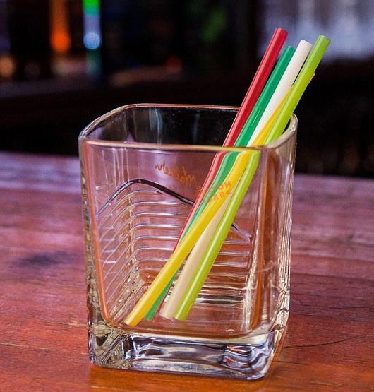 В Британии запретили пластиковые трубочки для напитков